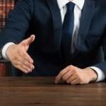 握手を求める男性 イメージ