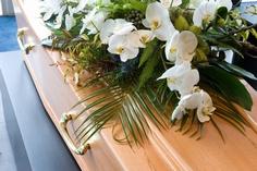 棺に乗せられる胡蝶蘭の供花